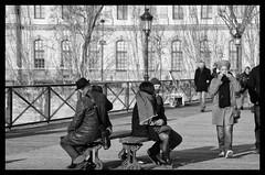 Pont des arts. Banc des amoureux - Bench of the lovers (P. Eric) Tags: paris personnages pontdesarts quaisdeseine