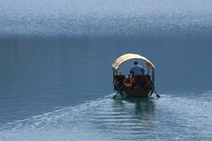 Sandal Sefası (halukderinöz) Tags: lake bled blue slovenia boat kayık insanlar people sculling oar boatman canoneos40d eos40d hd shine wave göl pırıltı dalga tente tent awning güneşlik pletna