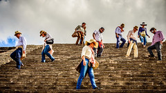 Totalmente perdidos (pepoexpress - A few million thanks!) Tags: nikon d610 d61024120mmf4 nikond610 24120mmafs pepoexpress people teotihuacan clouds méxico stairs