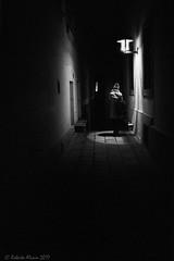 Dimness (ralcains) Tags: austria österreich wien vienna viena dimness penumbra gloom shadow sombra leica m6 leicam6 voigtlander skopar 35mm blackwhite bw blancoynegro noiretblanc schwarzweis monochrome monocromo monochromatic monocromatico analog analogue analogica química argentica calle fotografiadecalle callejon nightphotography noche nocturna fotografíanocturna streetphotography telemetrica rangefinder kodak kodaktrix400 pushed hc110