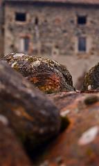 Case vecchie, coppi, pietre, finestre scombinate (SoleTempesta) Tags: old vecchio antico pietre coppi paese