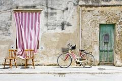 (Fran-cesca) Tags: favignana sicilia estate bicicletta ritornare porta tenda sedia isola colore luce