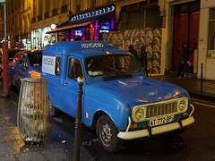 Renault (Toni Kaarttinen) Tags: paris france car night lights evening frankreich frana renault frankrijk prizs francia iledefrance parijs parisian huygens pars  parigi frankrike  pary   francja ranska pariisi  franciaorszg  francio parizo  frana
