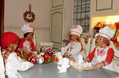 Kindergartenkinder ... in der Weihnachtsbäckerei ... (Kindergartenkinder) Tags: dolls himstedt annette kindergartenkinder advent plätzchen kostüm indoor annemoni personen kind milina tivi sanrike sammlung
