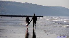 Un homme et une femme à Blonville-sur Mer !!! (Barnie76@ ,Peu dispo) Tags: mer silhouete plage homme femme marcher calvados côtefleurie normandie