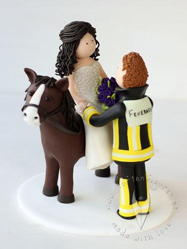 Personalisierte Hochzeitstortenfigur Feuerwehr Mit Pferd A Photo