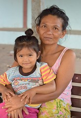 cute girl with grandmother (the foreign photographer - ฝรั่งถ่) Tags: cute girl child grandmother sitting bench khlong thanon portraits bangkhen bangkok thailand nikon d3200