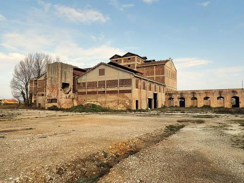 L'extérieur de l'usine abandonnée