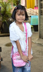pretty girl with her 'hello kitty' purse (the foreign photographer - ฝรั่งถ่) Tags: pretty shy girl hello kitty purse khlong thanon portraits bangkhen bangkok thailand canon kiss