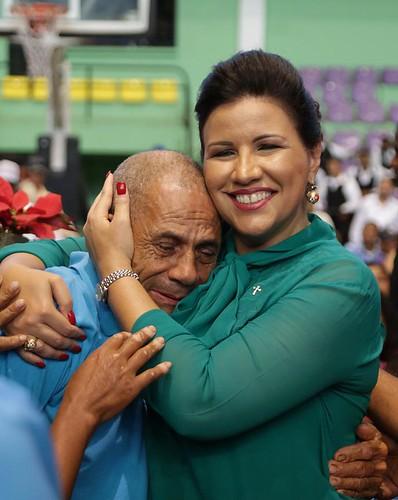 """Un participante del programa Progresando con Solidaridad abraza con afecto a la  vicepresidenta Margarita Cedeño. • <a style=""""font-size:0.8em;"""" href=""""http://www.flickr.com/photos/91359360@N06/31516166740/"""" target=""""_blank"""">View on Flickr</a>"""