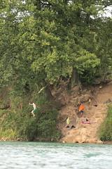 Jugendliche springen mit einem Seil in den Rhein ( Hochrhein - Fluss - River ) bei Laufenburg Baden in Deutschland (chrchr_75) Tags: chriguhurnibluemailch christoph hurni chrchr chrchr75 chrigu chriguhurni juli 2015 hurni150712 schweiz suisse switzerland svizzera suissa swiss juli2015 albumzzz201507juli rhein rhin reno rijn rhenus rhine rin strom europa albumrhein fluss river joki rivire fiume  rivier rzeka rio flod ro