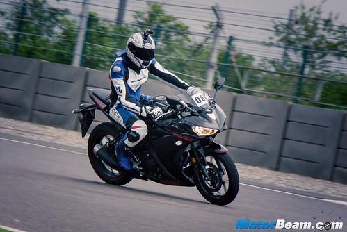 2015-Yamaha-R3-05