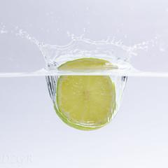 Washed Fruit (YomDom) Tags: lemon limone zitrone grün gelb splash photography foto blitz strobist flash water spritzer wasser fallen fall