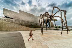 the war of the worlds and you hooked on whatsapp... (PedroSolitario) Tags: guggenheim bilbao sifi arquitectura architecture modern movil estatua sculpture escultura spain europe ngc