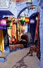 Attracion para turista (Délirante bestiole [la poésie des goupils]) Tags: blue tourist morocco maroc chefchaouen turista touriste lovephotography
