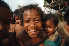 kompong_phluk_children (Nachosan) Tags: portrait children cambodia smiles mirrorsofsociety nachosan itsongselection itsongmirrorssoutheastasia itsong2nikond70 nikonstunninggallery blackribbonicon