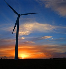 Sun & Wind (shaymurphy) Tags: ireland sunset irish green silhouette sunrise point landscape energy europa europe power d70 nikond70 farm irland alternativeenergy silhoette windturbine irlanda alternate irlande turbines 欧洲 ierland 1870 irska catchycolorsblue 爱尔兰 vestas ヨーロッパ irlandia irsko אירלנד 유럽 アイルランド carnsore airija irlanti 都柏林 naturesgallery 아일랜드 iirimaa aplusphoto أيرلندا írország sunwind nikkor1780 carnsorepointcowexford alternatepowersource ирландия ไอร์แลนด์ īrija írsko ιρλανδία आयरलैण्ड 850kw explore11november22008 أيرلاندا ирска ірландія ایرلند