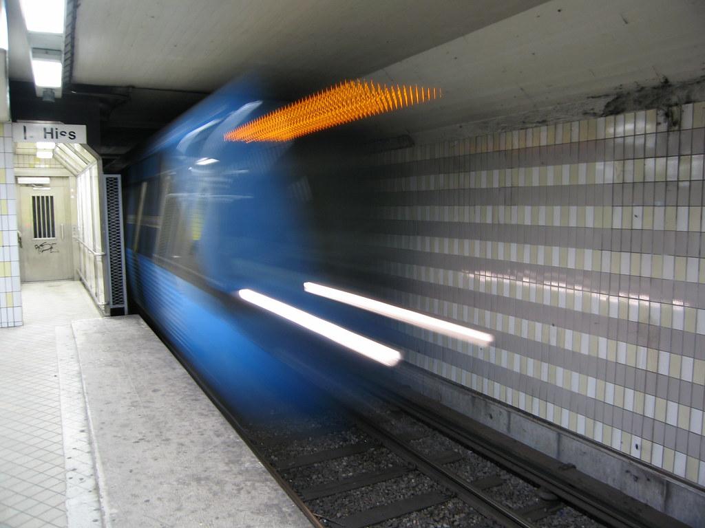 Treno della metro di Stoccolma in velocità