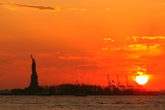 sinking, burning (Farl) Tags: statue liberty libertyisland island sun sundown sunset orange clouds colors sea burning manhattan downtown batterypark park battery newyork nyc ny usa us newjersey