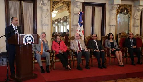 """El periodista Huchi Lora se dirige a los presentes luego de recibir el Premio Nacional de  Periodismo 2016, en el salón Las Cariátides, en el Palacio Presidencial. • <a style=""""font-size:0.8em;"""" href=""""http://www.flickr.com/photos/91359360@N06/30720534613/"""" target=""""_blank"""">View on Flickr</a>"""