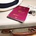 Reisepass und Urlaub mit Hut, Koffer und Geld - nah