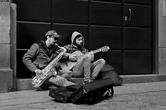 Músicos callejeros (vitometodio) Tags: músicos músicoscallejeros música streetphoto streetshots street callejeando calle fotografíadecalle fotodecalle fotodecarrer photoderue blancoynegro bn blackandwhite bw barcelona monocromático gente airelibre artistas nikond90 nikon50mm18 vitometodio