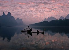 盼 (Anna Kwa) Tags: dawn sunrise cormorantfisherman 鸬鹚渔夫 cormorant 鸬鹚 bambooraft 竹筏 silhouettes sky clouds reflections liriver 漓江 karst mountains yangshuo 阳朔县 guilin guangxi southwest china annakwa nikon d750 afszoomnikko1424mmf28ged my waiting end world always seeing heart soul throughmylens travel yanntiersen 盼 awaiting paulocoelho earth hope wish round