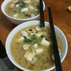 Homemade miso soup for dinner, mushrooms, chives, spring onion from @alexbayleaf's garden, so delicious. I want a basic garden so much! (transcendancing) Tags: misosoup tofu mushrooms springonion chives simple easydinners