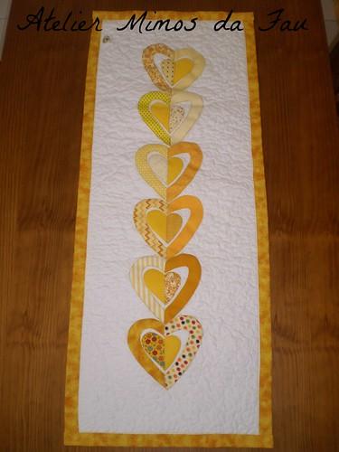 Trilho de Mesa Corações Amarelos