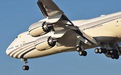 'V8BKH' STN-LHR (A380spotter) Tags: approach landing arrival finals shortfinals threshold belly boeing 747 8 800 bbj boeingbusinessjet v8bkh نڬارابرونيدارالسلام nationofbruneitheabodeofpeace negarabruneidarussalam hismajestythesultanandyangdipertuanofbruneidarussalam stnlhr runway27r 27r london heathrow egll lhr