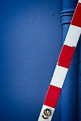 Beschränkt (Dustpuppy72) Tags: blue red white diagonal nikond300 afsdxzoomnikkor1755mmf28gifed outdoor availablelight midday bonn friesdorf photowalk vhs