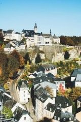 october never disappoints (lina zelonka) Tags: luxembourg europe luxemburg linazelonka luxembourgcity letzebuerg lëtzebuerg luxemburgstadt altstadt oldcity architecture vertical houses europa luxembourgville nikond7100 18105mm autumn fall herbst