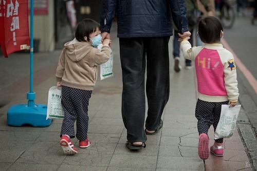 2017年假剛結束,一位爸爸帶著兩個女兒,三個人手上都一大包藥。