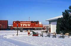 Morton Switcher (Moffat Road) Tags: toledopeoriawestern tpw emd gp18 600 mortonswitcher christmas train railroad locomotive morton illinois il santa sleigh reindeer
