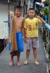 boys and fishing net (the foreign photographer - ฝรั่งถ่) Tags: aug282016nikon two boys peace sign fish net khlong thanon portraits bangkhen bangkok thailand nikon d3200