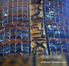 Hieroglyphs on a coffin lid (konde) Tags: kv55 valleyofthekings 18thdynasty newkingdom coffin mummycoffin gilded treasure art uraei cartouche hieroglyphs ancient