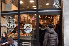Le Marais Paris (FaceMePLS) Tags: parijs frankrijk frankreich lafrance facemepls nikond5500 straatfotografie streetphotography huisgemaaktebagels shop winkel magasine brood pain bread hip
