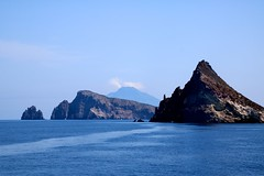Île de Panarea / Îlots rocheux inhabités (Charles.Louis) Tags: italie sicile panarea île mer volcan éolie éolienne