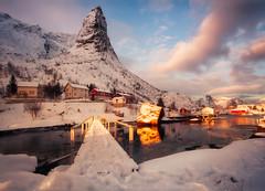 Rescates del Paraíso (sgsierra) Tags: lofote island norway noruega lofoten fiordo pasarela nube montaña mountain cabins cabinas