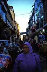 Ägypten 1999 (696) Kairo: Chan el-Chalili (Rüdiger Stehn) Tags: 1990s القاهرة kairo alqāhira unterägypten nordägypten bauwerk afrika ägypten egypt nordafrika 1999 winter urlaub dia analogfilm scan slide 1990er diapositivfilm analog kbfilm kleinbild canoscan8800f canoneos500n 35mm stadt strase misr مصر reise reisefoto gebäude profanbau soq souk suk sook suq markt bazar basar soukh souq altstadt altkairo menschen leute