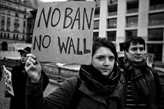 . (Thorsten Strasas) Tags: berlin botschaft demonstration islamophobie kundgebung mitte muslimban muslime pariserplatz rassismus schwarzweiss usa vereinigtestaaten demo embassy openborders protest racsm rally refugees refugeeswelcome spontan spontaneous germany de
