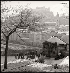 Auch das ist Salzburg_Rolleiflex 2.8E (ksadjina) Tags: 6min 6x6 austria carlzeissplanar80mmf128 kodak100tmax nikonsupercoolscan9000ed rodinal rolleiflex28e salzburg silverfast analog blackwhite film scan testfilm winter