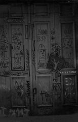 Entre duas e cinco da tarde. (ONVERKLAARBARE) Tags: windows white black tree planta film branco canon dark eyes plantas noir doors ar tl sony preto e janela olho rua filme ao schwarzweiss rvore livre blanc portas analogic monocromtico estreet analogico