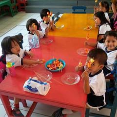 kegiatan-tengah-semester-1-menusuk-buah-sesuai-dengan-pola-warnanya (2)