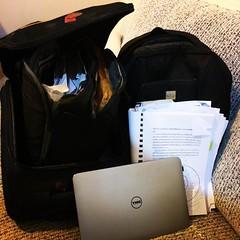 สมัยประถมก็ถือกระเป๋าใบอ้วนหนัก พอมัธยมยิ่งใบใหญ่ขึ้นจนแทบปริ พอเข้ามหาลัยหนังสือทุกเล่มใหญ่มากแต่ใส่ไม่พอ พอมาป.โท คือทั้งกระเป๋าเดินทางและกระเป๋าเป้ บวกโน้ตบุคไปทุกที่ นี่ถ้าป.เอกตูคงใช้เป๋าล้อลากใบใหญ่สุดที่เอาไว้เดินทางไปต่างประเทศได้เลย แต่ไม่ใช่ไม่เ
