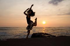 Danza y atardecer: Emilia (paulmayca) Tags: sunset sea ballet sun sunlight peru canon atardecer mar dance seaside lima danza verano sunbeam contemporarydance balletdancer 60d danzacontemporanea