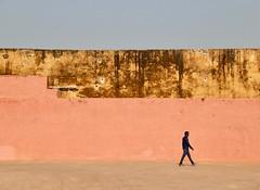 Un pas en avant (Alex L'aventurier,) Tags: jaipur india inde villerose pinkcity wall mur boy man homme gars people personne decay texture urban urbain sky ciel walking marcher mouvement movement candid minimalisme