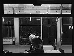 Tram 21 Frame View (ANBerlin) Tags: städtisch urban zug train infrastruktur infrastructure leute people menschen humans bahnsteig platform abstrakt abstract ausergewöhnlich extraordinary drausen outdoor nacht night nachtleben nightlife blick view fenster window rahmen frame gt8 gt806zr strasenbahn streetcar tram cablecar trolly deutschland germany berlin friedrichshain warschauerstrase frankfurtertor einfarbig monochrome weis schwarz sw bw white black blackwhite anb030 shotoniphone iphotography iphonography 6splus iphone6s iphone apple