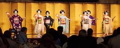 Maiko et Geiko (7) (romain_castellani) Tags: d750 japon japan kyōto kyoto portrait spectacle geisha maiko geiko people art face visage tradition danse dance musique music femme woman éventail or gold maquillage makeup kimono personnes intérieur tamron70300mmf456 handfan handheldfan c1 nikon 関西地方 kansai kansaï 京都市 scene scène tamronaf70300mmf456divcusdif asie asia