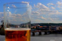 Cerveza en Praga (escotxe) Tags: bridge blue sky beer river cerveza praga nubes